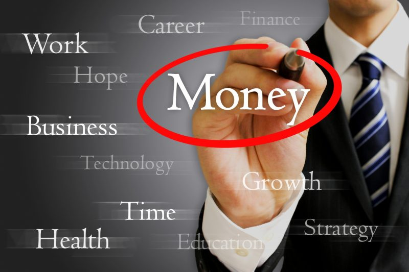 お金を選ぶ男性