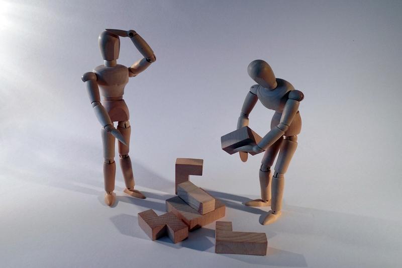 積み木をつむ人