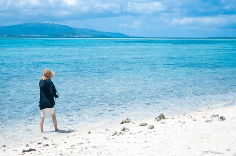 海で歩く男性
